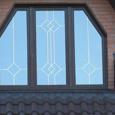 Трапецевидное окно с фальшпереплетением